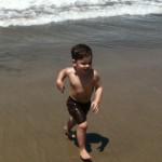 Tristan qui court à la plage.