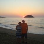 Jeannine et Réginald devant un beau coucher de soleil.